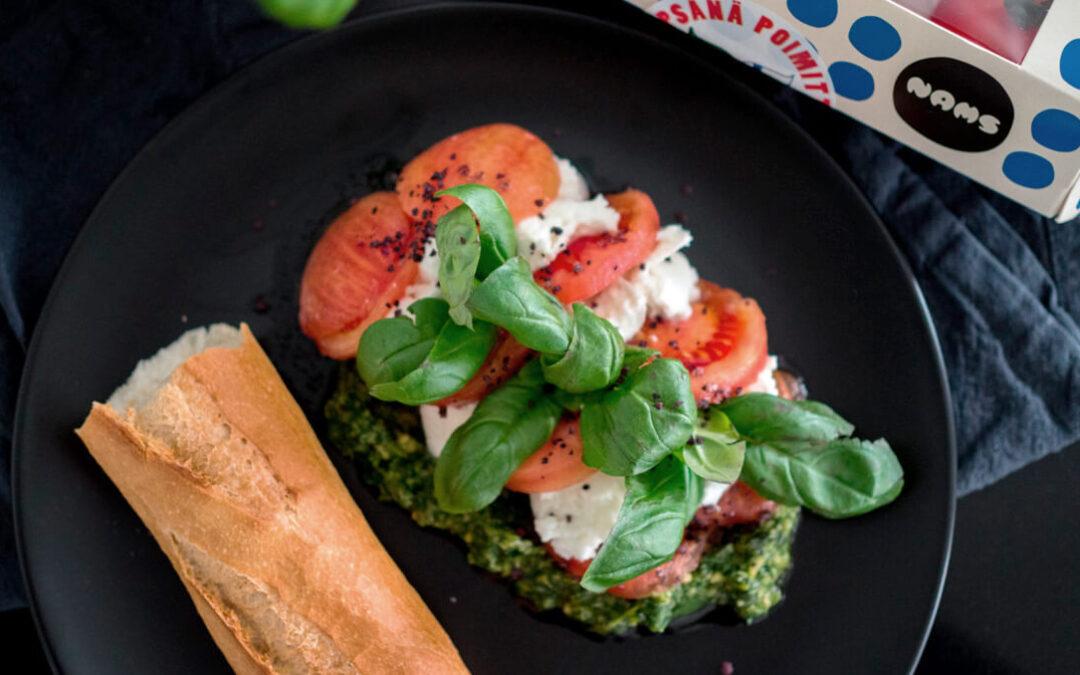 Klassinen tomaatti-mozzarellasalaatti